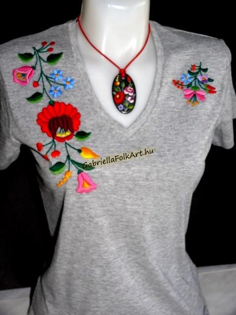 Mások által vásárolt termékek. Kalocsai kézzel hímzett szürke póló.  Kalocsai kézzel hímzett szürke póló 68092c5bdc