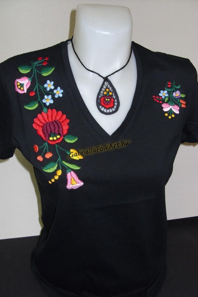 81baa31ab7 Kalocsai kézzel hímzett fekete póló | Kalocsai, kézzel hímzett pólók ...